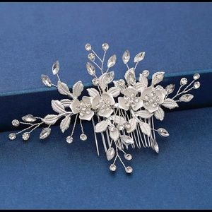 Women's wedding hair accessories with comb
